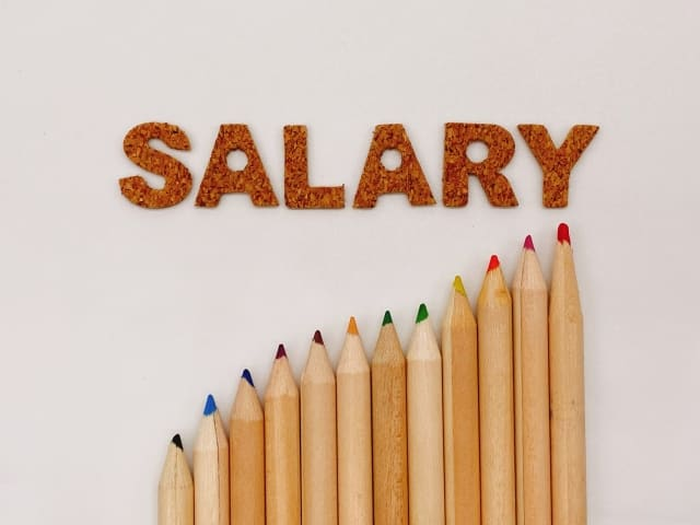 現地採用の給料は安い
