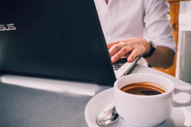 カフェで求人を探す男性