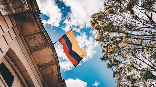 建物に掲げられたコロンビアの国旗