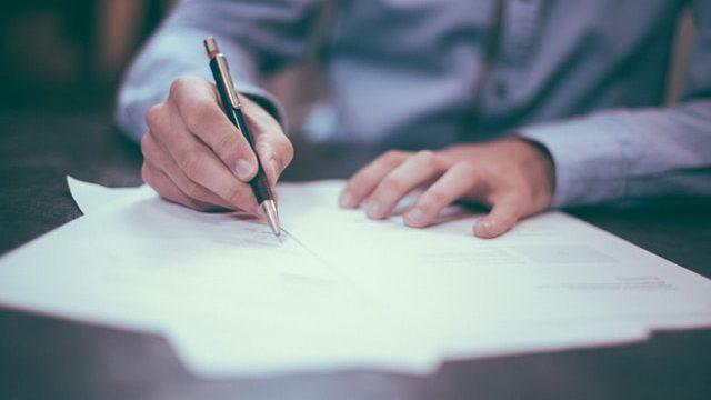 履歴書を手書きで書く人