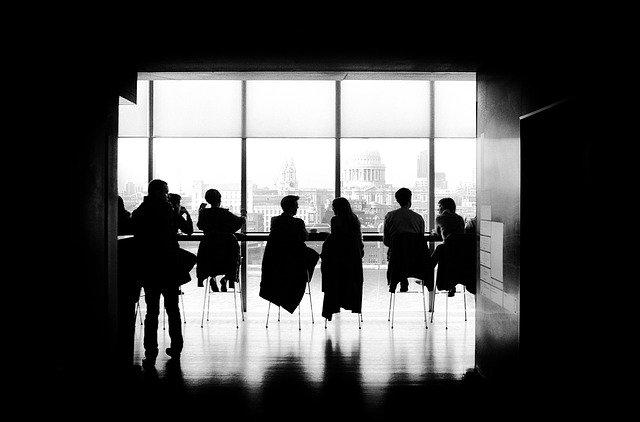会社説明会で質問するイメージ