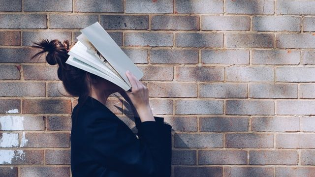 企業研究のやり方に悩む女性